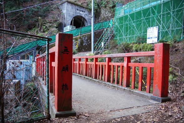 不気味な橋を〜無言で渡る〜